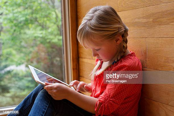 YOUNG GIRL DRAWING ON AN iPAD