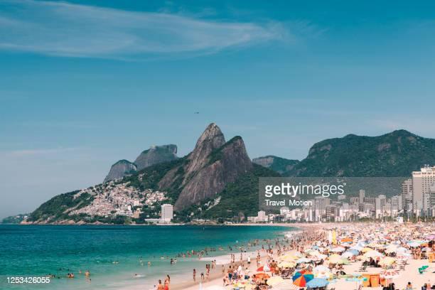 praia de ipanema e a montanha dois irmãos no rio de janeiro, brasil - seascape - fotografias e filmes do acervo