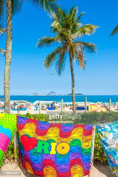 strand von ipanema in rio de janeiro - strand von copacabana stock-fotos und bilder