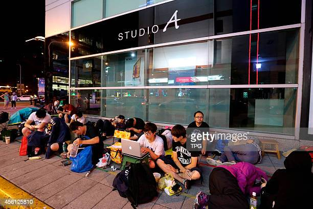 iPhone 6 and iPhone 6 Plus statrs to sell at Taipei since 26th September over hundred citizens are lining before the store since 25th on 25th...