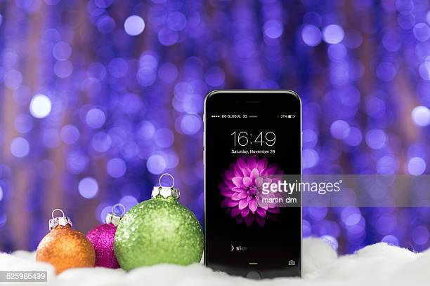 iphone 6 for christmas at bokeh background - vinter os bildbanksfoton och bilder