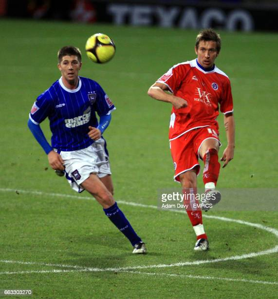 Ipswich Town's Veliche Shumulikoski and Chesterfield's Darren Currie battle for the ball