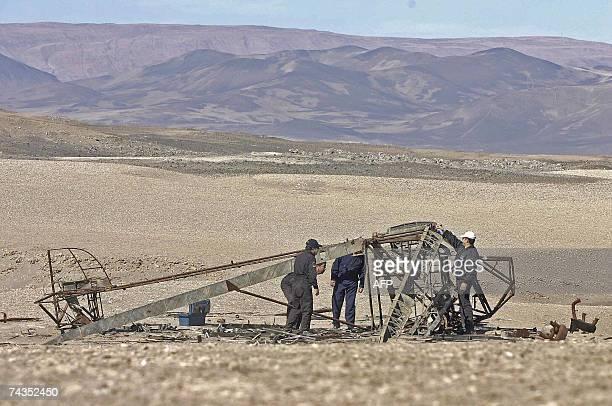 ACOMPANA NOTA Rescatistas de la Fuerza Aerea Chilena observan el 29 de mayo de 2007 el avion Fairchild FC2 que se perdiera el 24 de febrero de 1939...