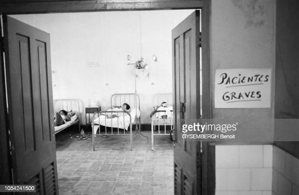 Iquitos Pérou avril 1991 La population d'Iquitos frappée par l'épidémie de choléra qui a touché la côte du Pérou en janvier 1991 Ici à droite d'une...