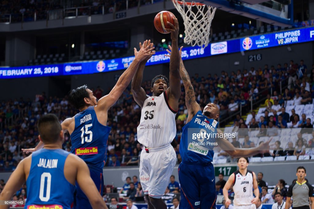 Ira Brown of Akatsuki Japan scores a lefty lay-up against Junemar