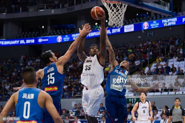 Ira Brown of Akatsuki Japan scores a lefty layup against Junemar Fajardo and Calvin Abueva of Philippines