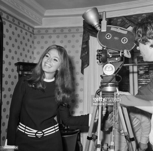 Ira de Furstenberg devant la caméra pendant le tournage d'un film à Nice France le 8 septembre 1967