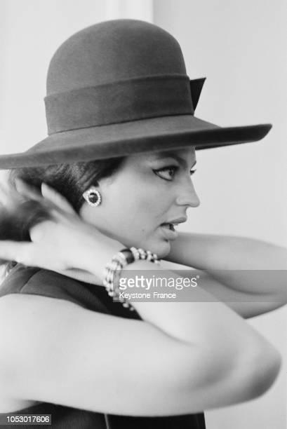 Ira de Furstenberg essayant un chapeau de Nina Ricci à Paris France en juillet 1967