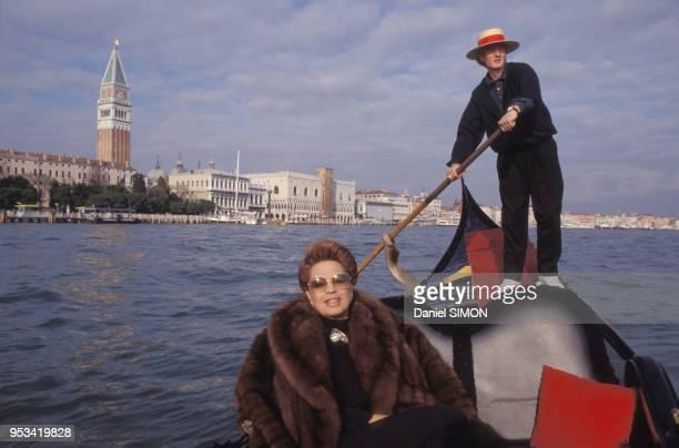 Ira de Furstenberg sur une gondole à venise en mars 1989 Italie