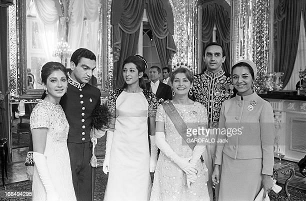 Coronation Of The Shah And Farah Diba Téhéran 27 Octobre 1967 Lors du couronnement du Shah d'Iran et de Farah DIBA de gauche à droite une jeune femme...