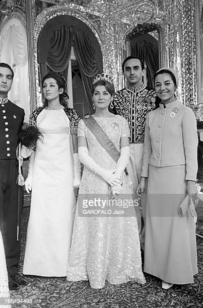 Coronation Of The Shah And Farah Diba Téhéran 27 Octobre 1967 Lors du couronnement du Shah d'Iran et de Farah DIBA de gauche à droite une demoiselle...