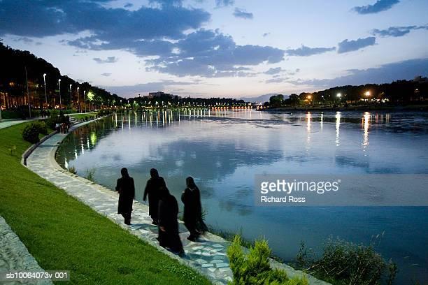 iran, esfahan, women in chadors walking along zayandeh river at evening - ザーヤンド川 ストックフォトと画像