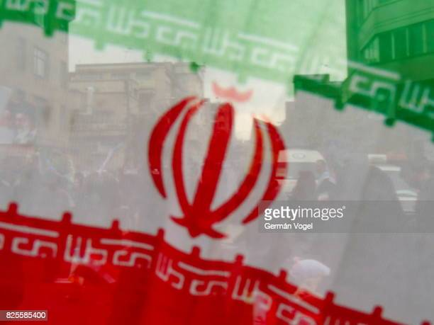 iran flag oblique and people behind - tehran - arma nuclear - fotografias e filmes do acervo