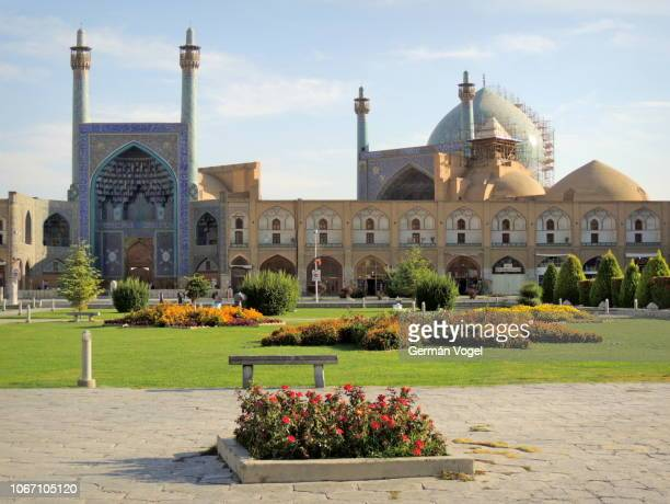 iran imam mosque of isfahan and naghshe jahan persian gardens by the silk road era bazaar market - イマーム寺院 ストックフォトと画像