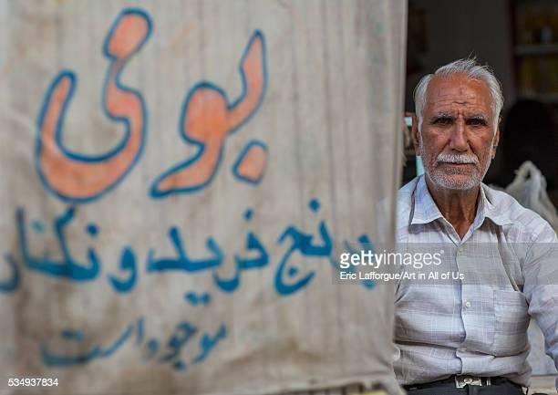 Iran, Isfahan Province, Kashan, old man in the bazaar