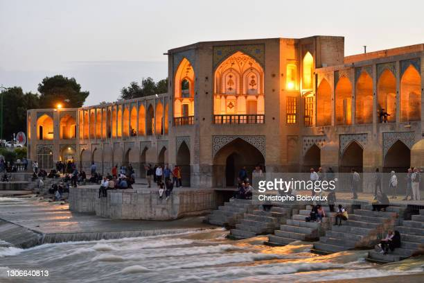 iran, isfahan, world heritage site, khaju bridge and zayandeh river by night - ザーヤンド川 ストックフォトと画像