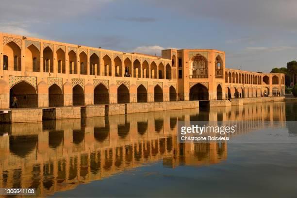 iran, isfahan, world heritage site, khaju bridge and zayandeh river - ザーヤンド川 ストックフォトと画像