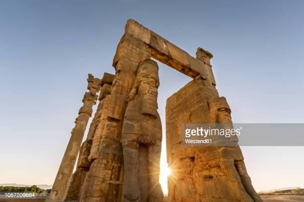 iran, shiraz province, persepolis, gate of all nations - iran persepolis stock-fotos und bilder