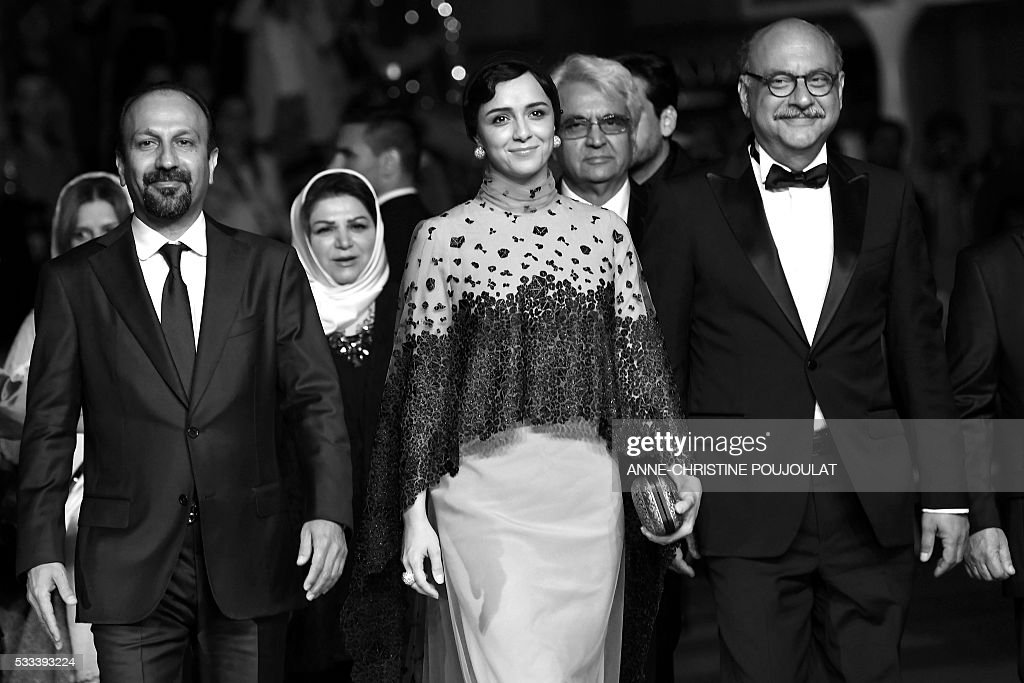 Iranian director Asghar Farhadi, Iranian actress Taraneh Alidoosti and Iranian actor Babak Karimi pose as they arrive on May 21, 2016 for the screening of the film 'The Salesman (Forushande)' at the 69th Cannes Film Festival in Cannes, southern France. / AFP / ANNE