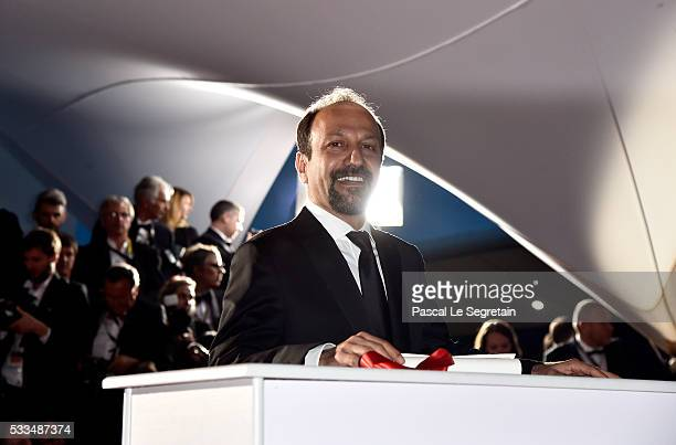 Iranian director Asghar Farhadi poses with his award for the Best Screenplay for the film 'The Salesman ' at the Palme D'Or Winner Photocall during...