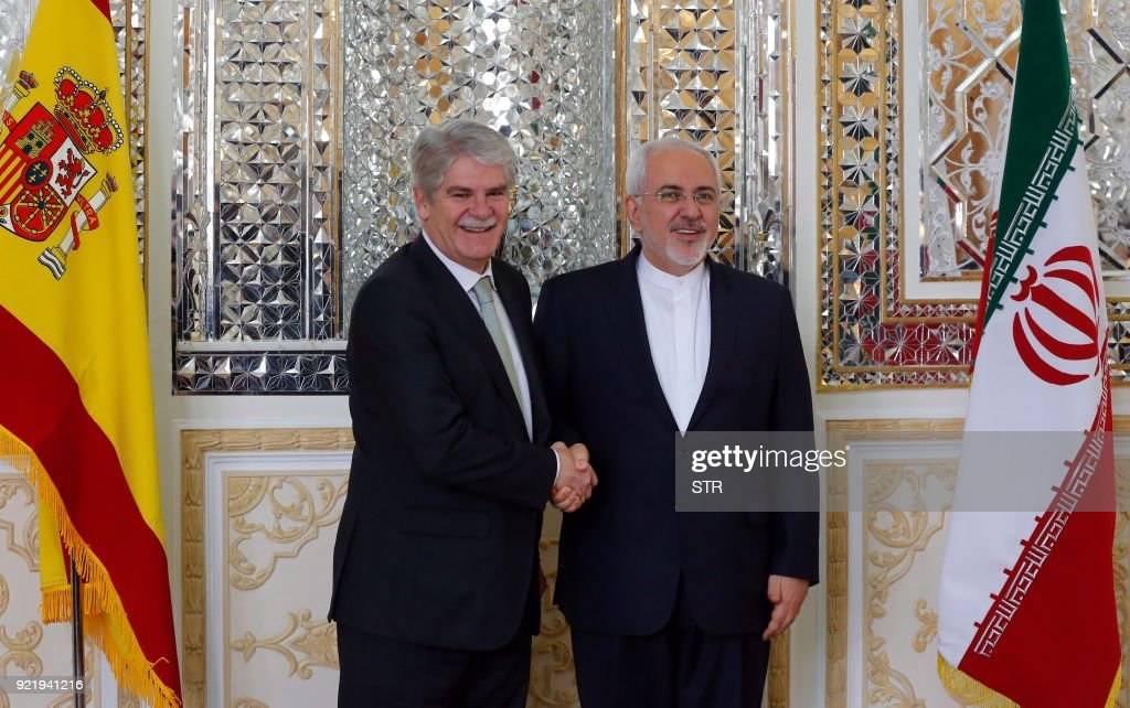 Iranian Foreign Minister Mohammad Javad Zarif (R) welcomes his Spanish counterpart Alfonso Dastis in Tehran on February 21, 2018. /