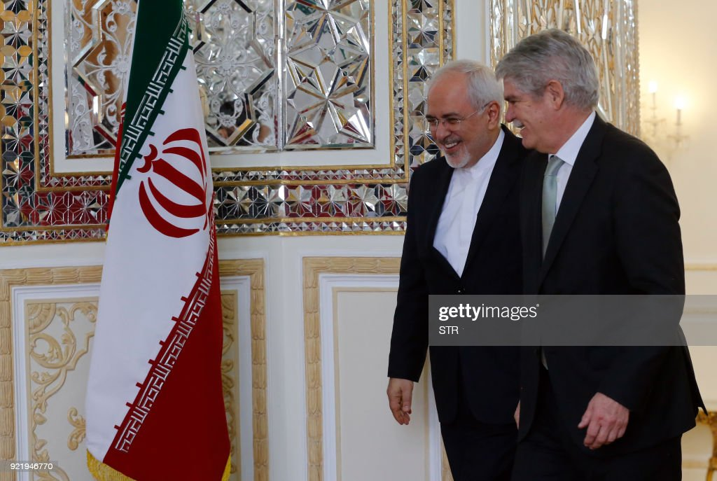 Iranian Foreign Minister Mohammad Javad Zarif (L) welcomes his Spanish counterpart Alfonso Dastis in Tehran on February 21, 2018. /