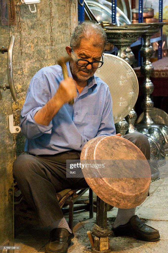 彼の店内のイランの手工芸品メーカー : ストックフォト