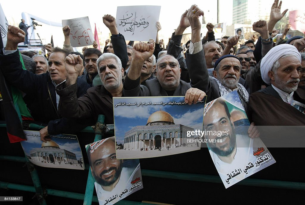 Iranian men shout slogans as they hold p : News Photo