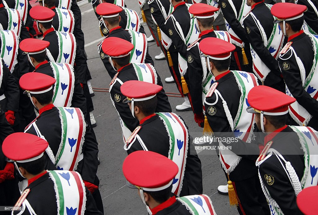 Iranian military policemen stand guard d : News Photo