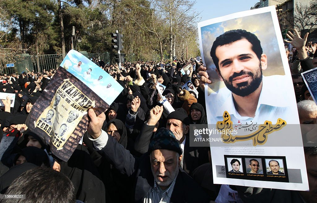 Iranians hold a portrait of assassinated : Nieuwsfoto's