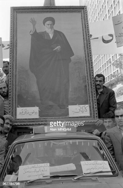 Iraniens brandissant le portrait de l'Ayatollah Khomeini lors d'une manifestation devant l'ambassade américaine de Téhéran lors de la crise des...