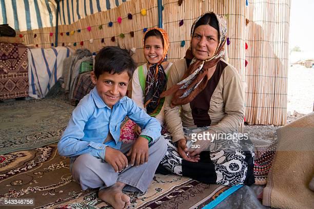 Nómada Iraninan família sentado dentro de sua tenda