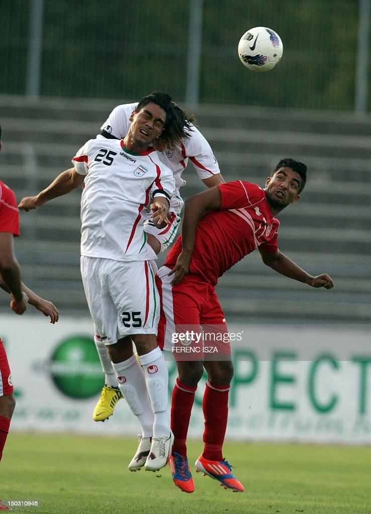 Iran's Omid Nazari (L) vies for the ball : News Photo