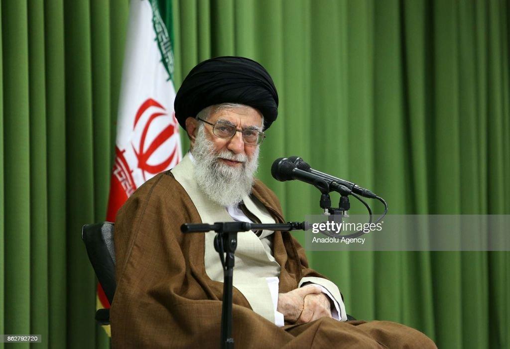 Iran's Supreme Leader Ayatollah Ali Khamanei meets students in Tehran : Nachrichtenfoto
