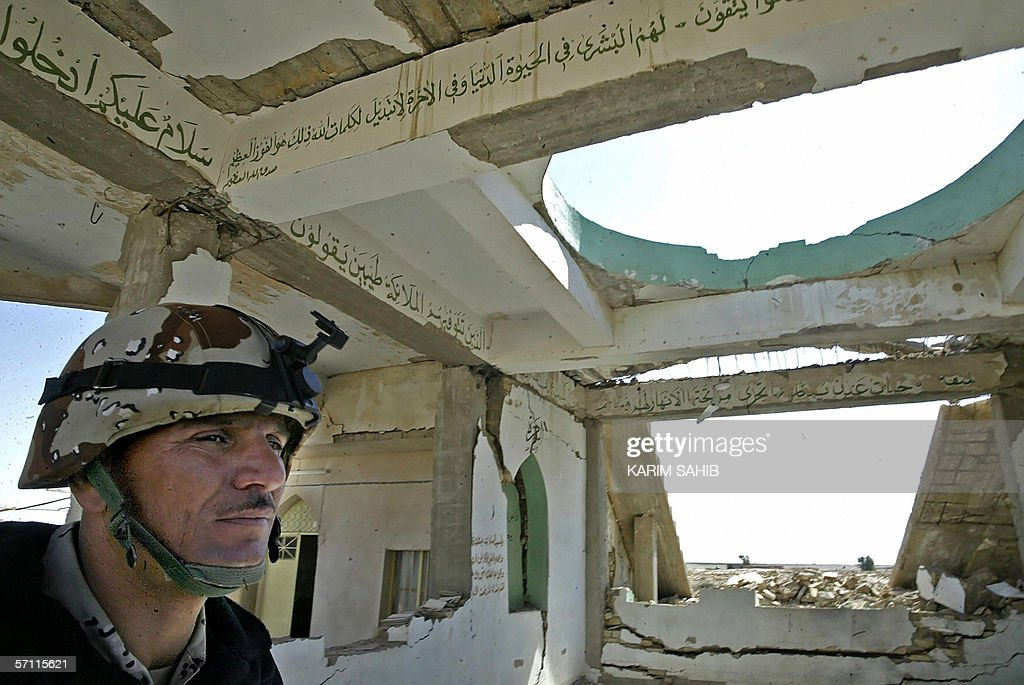 An Iraqi soldier secures a destroyed Shi : News Photo