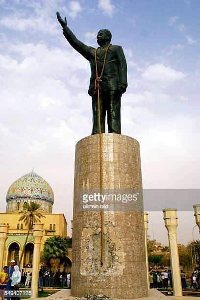 US american troops move into the center of Bagdad to the AlFerdous square The bust of Saddam Hussein will be dismantled The statue has a rope around...