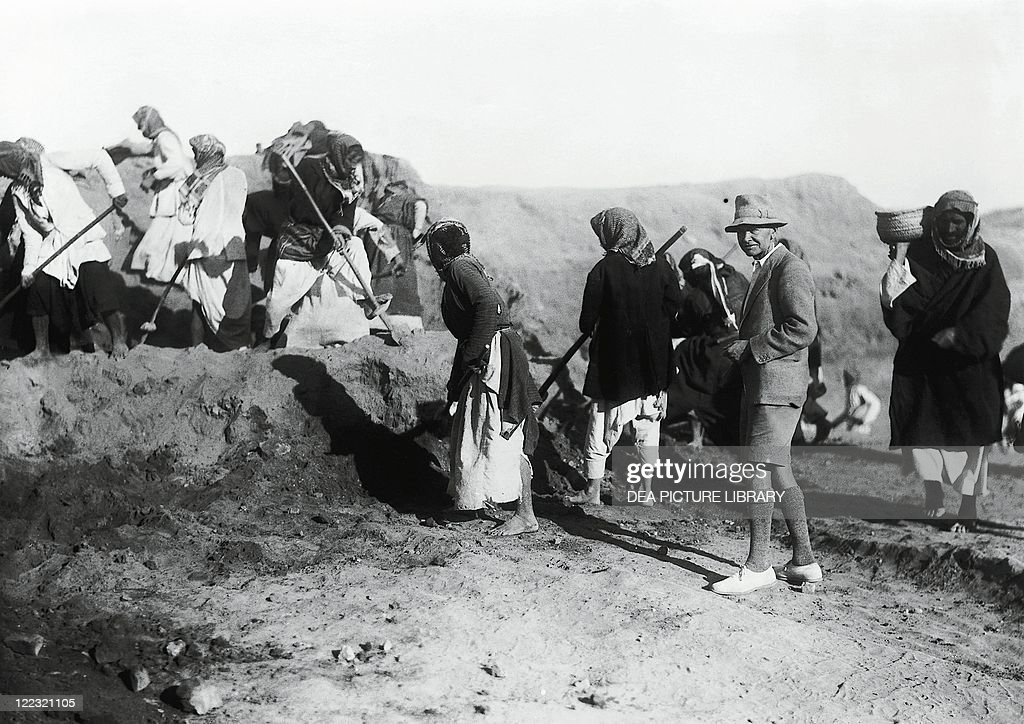 Iraq, Mesopotamia, The British archaeologist Charles Leonard Woolley (1880-1960) during his excavations at Ur in 1922-34, vintage photograph : News Photo