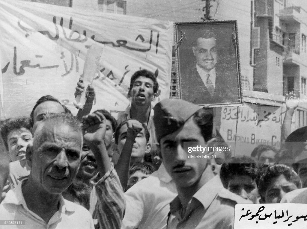 Iraq, military coup d'etat July 14th 1958 - overthrow reign king Faisal II. : Street demonstraters in Baghdad carry posters of egyptien president Nasser. 21. July 1958