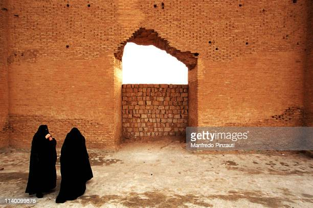 iraq , samarra . great mosque wall . - samarra iraq stock pictures, royalty-free photos & images