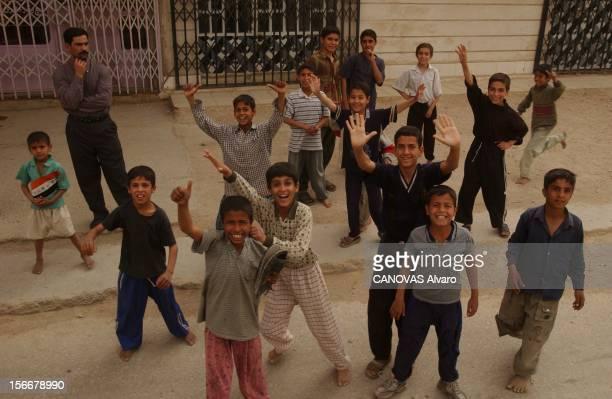 Iraq War Mission Accomplished For The 41st Libération de la ville d'ALDIWANIYYA par le 41ème régiment d'infanterie des enfants acclamant les troupes...
