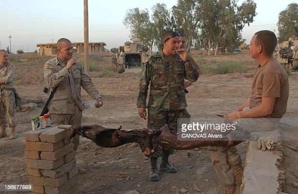 Iraq War Mission Accomplished For The 41st Reportage non légendé des soldats du 41ème régiment d'infanterie réunis autour d'un barbecue improvisé un...