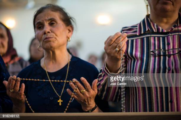 irakische christen in der syrisch-katholischen kirche in ankawa, irak - christentum stock-fotos und bilder