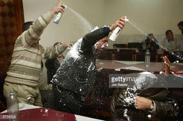 iraqi family celebrates wedding in baghdad - joe raedle foto e immagini stock