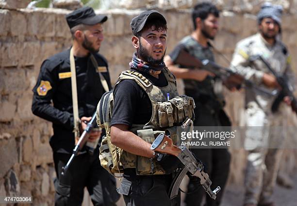 Iraqi fighters from the Shiite popular mobilisation unit hold their weapons in the outskirts of Baiji refinery north of Tikrit, in the Salahaddin...