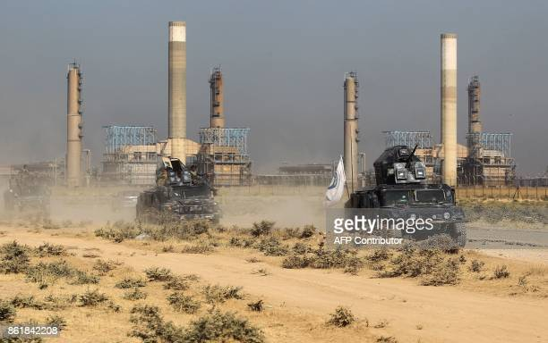 Iraqi forces drive past an oil production plant as they head towards the city of Kirkuk on October 16 2017 / AFP PHOTO / AHMAD ALRUBAYE