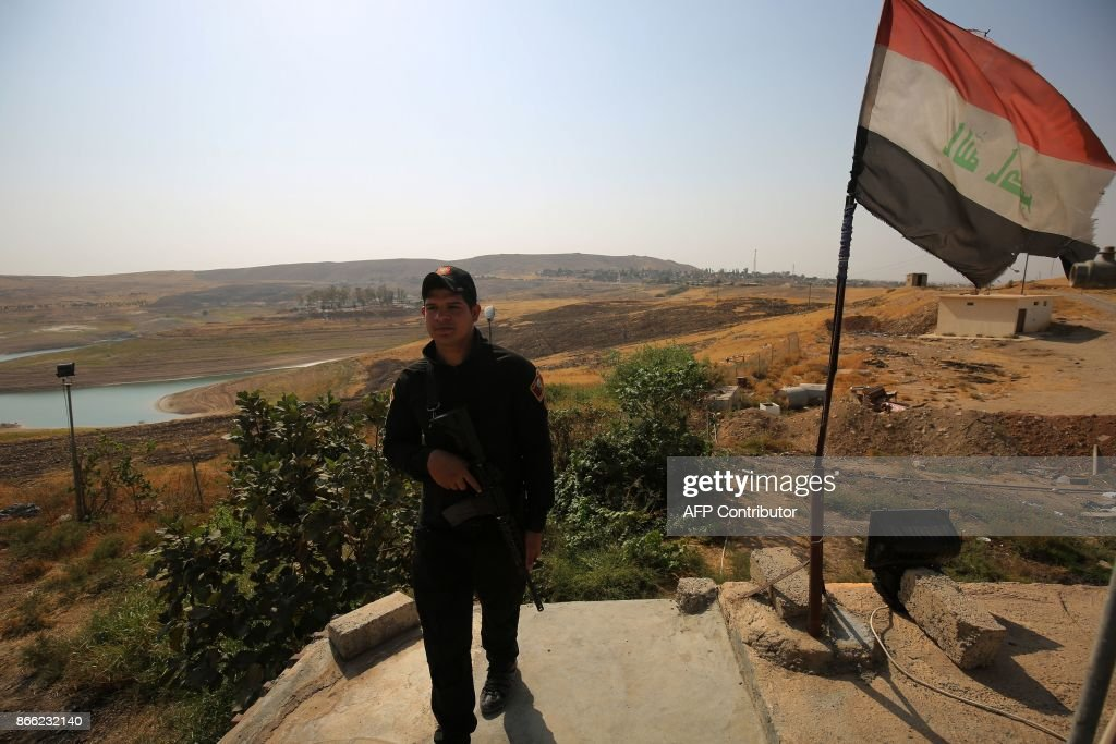 Iraqi forces stand guard at the Mosul Dam in the northern Iraqi city of Mosul on October 24, 2017. /