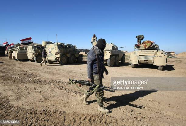 TOPSHOT Iraqi forces supported by the Hashed alShaabi paramilitaries prepare to advance advance towards the village of Sheikh Younis south of Mosul...