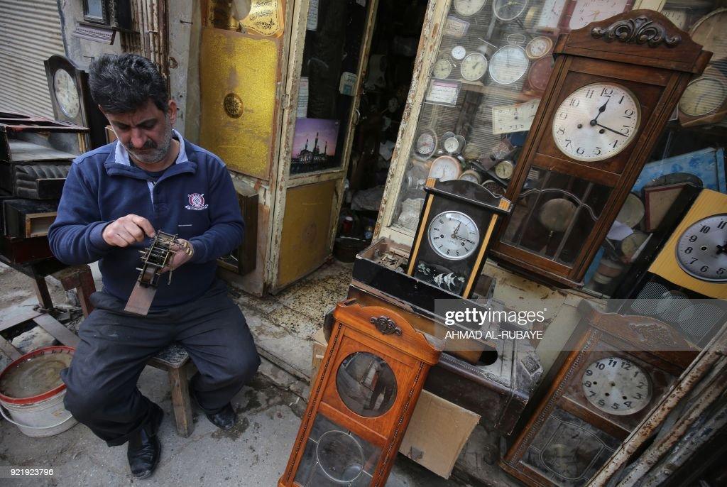 IRAQ-LIFESTYLE-CLOCKS : News Photo