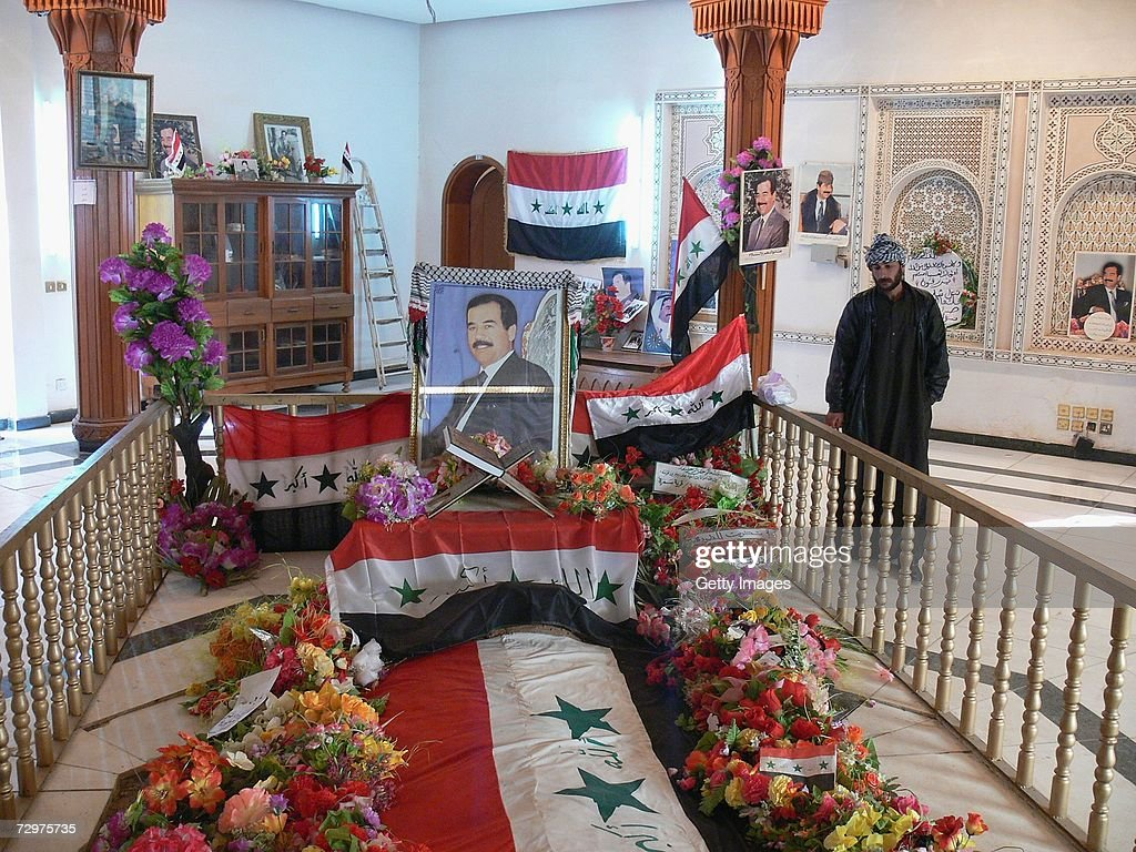 iraqi-men-pray-at-the-grave-of-iraqs-for