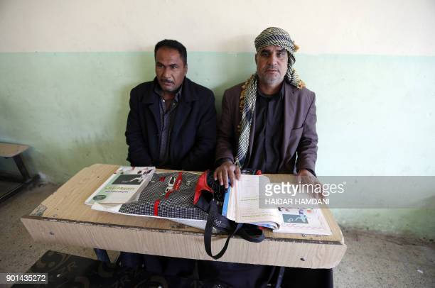 Iraqi men take part in an Iraqi government's literacy program for adults in the holy city of Najaf on January 5 2018 / AFP PHOTO / Haidar HAMDANI